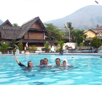 Menikmati hangatnya kolam air belerang di Cipanas, Garut bersama Abah Mama (dari Banjarmasin) dan Bapak Mamah mertua dari Bandung :)