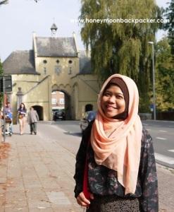 Saya berdiri dengan latar salah satu pintu gerbang kota Brugge, Belgia.