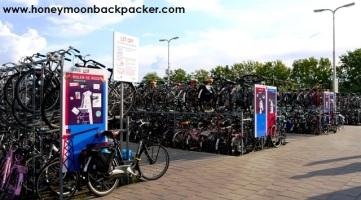 Tempat parkir sepeda di stasiun kereta api Delft.