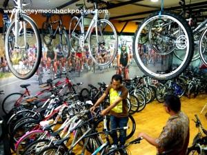 Penjaga tolko menjelaskan kualitas sepeda Polygon ke salah satu pengunjung.