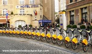 Penyewaan sepeda dekat stasiun Brussel, tidak jauh dari Grand Palace, Brussel, Belgia.