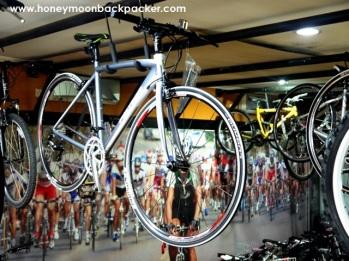 sepeda polygon digantung di langit-langit toko.