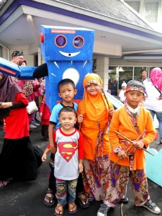"Anak-anak bersenang-senang bersama robot SYGMA. ""Terima kasih SMI!"""