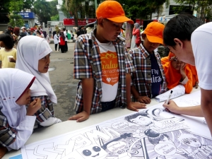Anak-anak khusyuk menyimak cara menggambar si Akang