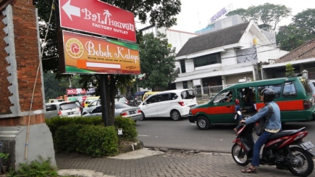 Bebek Kaleyo terletak di perempatan Paskal-Pasteur Bandung