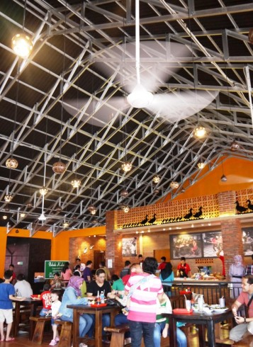 Hall restoran sangat luas dan adem karena kipas dan atap tinggi.