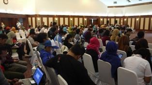 Aula INDOSAT penuh guru blogger  yang menyimak dan live blogging