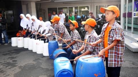 Perkusi dari kaleng bekas yang ditabuh anak-anak SD Juara Cibeunying. Kreatif!