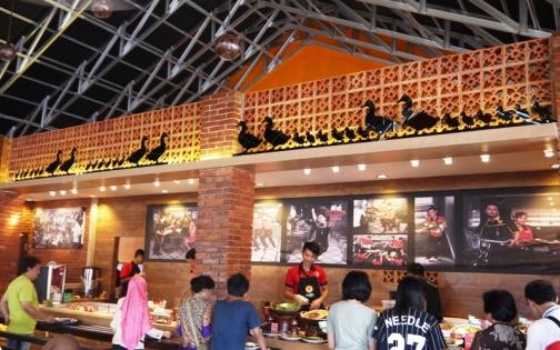 Self service area, tempat memilih mengambil membayar makanan