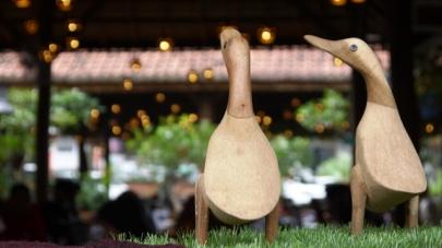 Patung bebek lucu bertebaran di setiap sudut resto Bebek Kaleyo :)