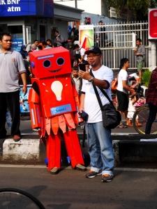 SMI Robot yang menarik perhatian para penikmat Car Free Day