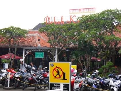 Parkir motor dan mobil sangat luas di Bebek Kaleyo Empat Belas, Bandung.