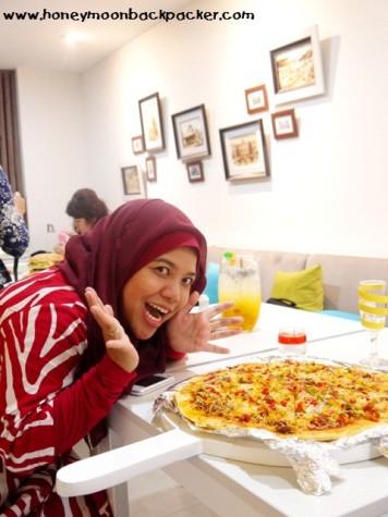 Perbandingan ukuran si Bigger Pizza Centropunto dengan badan saya! :D