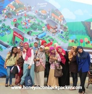 Ekspresi ceria warga Bandung mengabadikan momen larut dalam Parade KAA :)