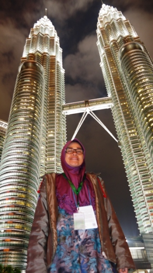 Mama di bawah Twin Tower Petronas, Malaysia.