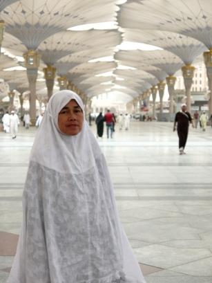 Mama bahagia beribadah di Masjid Nabawi, Madinah.