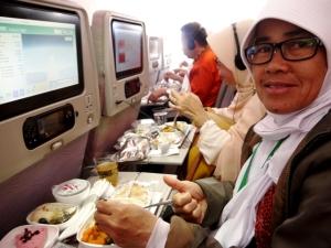 Mama menikmati service pesawat Emirates Airlines