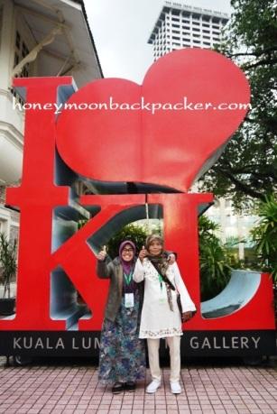Mama dan salah satu jamaah happy jalan-jalan di Kuala Lumpur