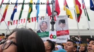 Spanduk sosok Nelson Mandela bersanding dengan Soekarno di depan Museum Asia Afrika.
